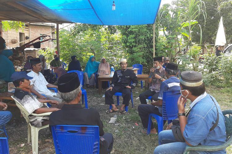 Kepala Desa Balong bersama petani mengadakan rapat kelangkaan pupuk subsidi dan non subsidi di Desa Balong, Kecamatan Ujungloe, Kabupaten Bulukumba, Sulawesi Selatan.