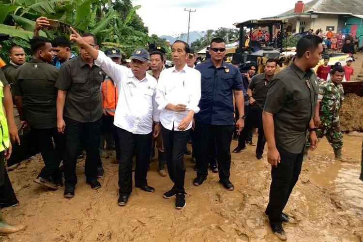 Presiden Joko Widodo meninjau Kecamatan Sukajaya, Kabupaten Bogor, yang terisolir karena banjir dan longsor, Selasa (7/1/2020) pagi. Pada kesempatan tersebut Presiden Jokowi turut menyalurkan bantuan kepada para korban bencana di Sukajaya.