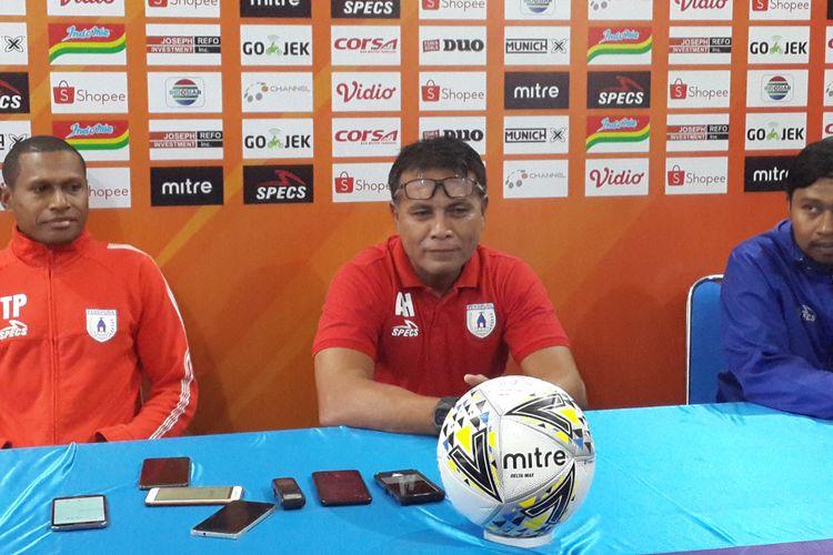Pelatih kiper Persipura, Alan Haviluddin (tengah) saat konferensi pers di Kantor Arema FC Kota Malang, Rabu (3/7/2019).