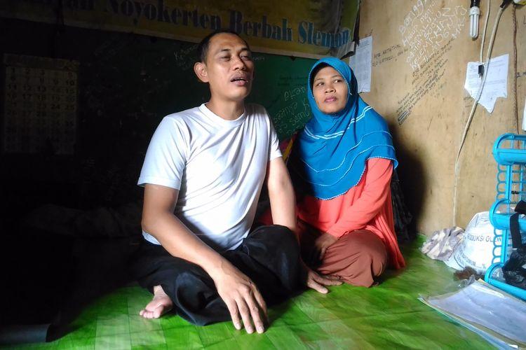 Sunarto (42) bersama istri, Sukinah (42) ketika ditemui di rumah kontrakannya di RT 29/9 Kampung Rejowinangun, Kelurahan Rejowinangun, Kecamatan Kotagede, Kota Yogyakarta, Rabu (12/7/2017).