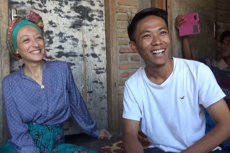 Melissa dan suaminya, saat mengunjungi rumah mertuanya