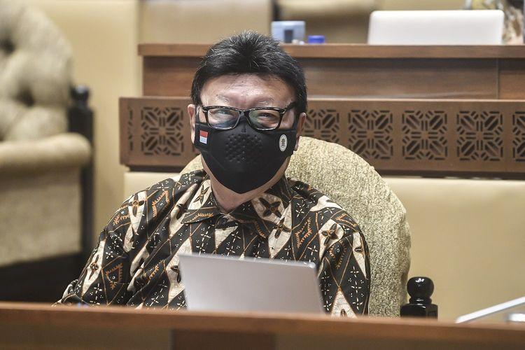 Menteri Pendayagunaan Aparatur Negara dan Reformasi Birokrasi (MenPAN-RB) Tjahjo Kumolo bersiap mengikuti rapat kerja bersama Komisi II DPR di Komplek Parlemen, Jakarta, Kamis (8/4/2021).