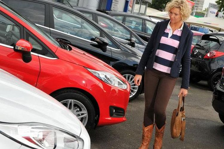 Membeli mobil bekas yang memiliki spesifikasi lebih lengkap bisa jadi pilihan.