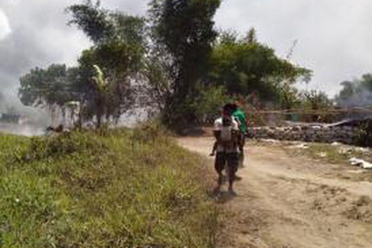 Tenda dan tempat pengolahan emas milik para penambang ilegal dibakar aparat saat upaya pengosongan kawasan tambang emas Gunung Botak dilakukan, Sabtu (14/11/2015).