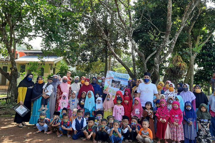 Anak-anak di Kampung Babakan, Desa Kadubale, Kecamatan Banjar, Kabupaten Pandeglang tengah belajar Bahasa Inggris yang di Saung Inggris Kanguru, Senin (27/7/2020)