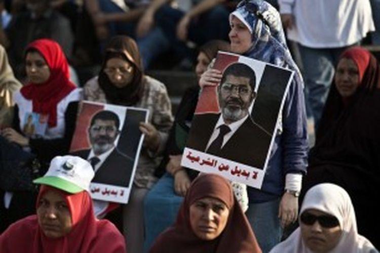 Di beberapa tempat di ibu kota Mesir, Kairo, ribuan orang pendukung Presiden Muhammad Mursi juga turun ke jalan dan bersumpah akan membela legitimasi sang presiden.