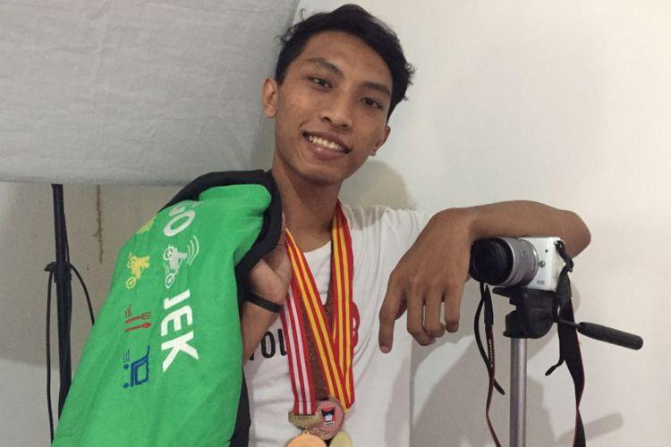 Setelah tak  lagi menjadi atlet dayung, Haamim Rizaldhi menggeluti profesi sebagai seorang YouTuber. Namun, untuk membeli seluruh peralatan nge-YouTube, Haamim menjalai profesi sebagai kurir di salah satu perusahaan ojek online. Foto diambil Selasa (18/7/2018).