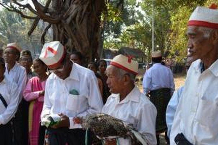 Para tetua adat Suku Rongga di Kabupaten Manggarai Timur, Nusa Tenggara Timur, memakai topi Rongga.