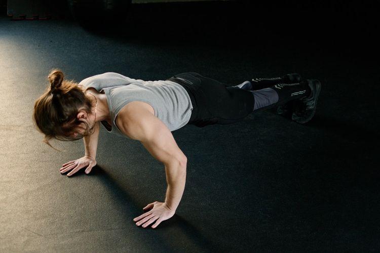 Manfaat push up salah satunya adalah meningkatkan kekuatan tubuh bagian atas.