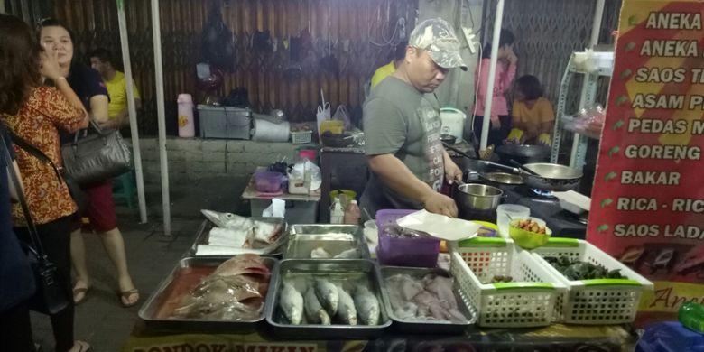 Penjual seafood-seafood segar kerap dijumpai di Pasar Semawis.