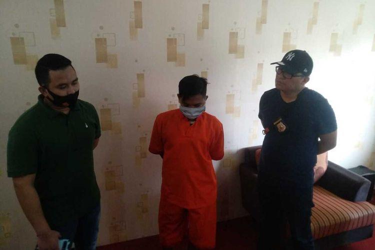 Tersangka Hadi Jaya Karim (18) kamerawan Youtuber video prank pembagian daging berisi sampah saat berada di Polrestabes Palembang, Selasa (4/8/2020).