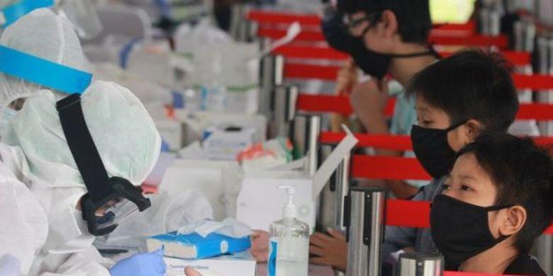 Gambar ilustrasi: Petugas medis dari Badan Intelijen Negara (BIN) mengambil sampel darah sejumlah anak saat tes diagnostik cepat (rapid test) COVID-19 di Pamulang , Tangerang Selatan, Banten, (02/07).