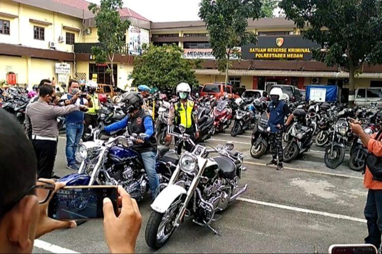 Dua sepeda motor Harley Davidson ini ditilang dan diamankan di Mapolrestabes Medan karena pengendaranya tak dapat menunjukkan dokumen yang sah. Keduanya ditilang saat melintas di simpang Jalan Jati, Medan pada Kamis (31/12/2020).