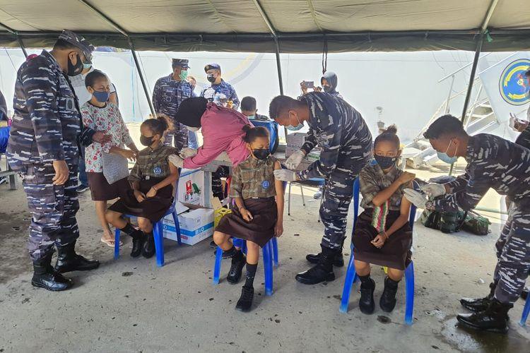 Ketiga putri kembar ikuti vaksin maritim TNI AL