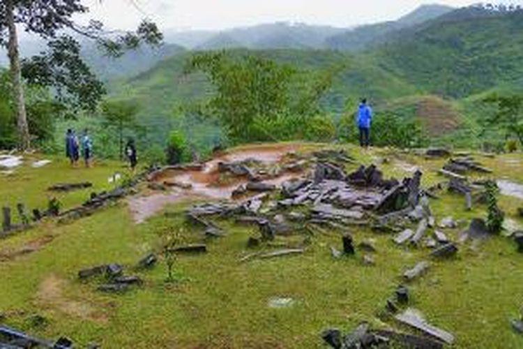 Di Situs Gunung Padang, Cianjur, Jawa Barat, sejumlah batu menhir yang ukurannya sama dengan batu-batu berbentuk limas lainnya menjadi penanda. Pengunjung bebas berjalan di antara bebatuan yang beberapa di antaranya dibatasi hanya memakai tali rafia.