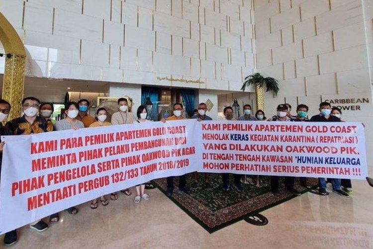 Sejumlah penghuni apartemen Gold Coast atau Oakwood di Pantai Indah Kapuk (PIK), Penjaringan, Jakarta Utara, menggelar unjuk rasa menolak tempat tinggalnya dijadikan lokasi isolasi mandiri WNA terkait Covid-19, Rabu (28/4/2021).