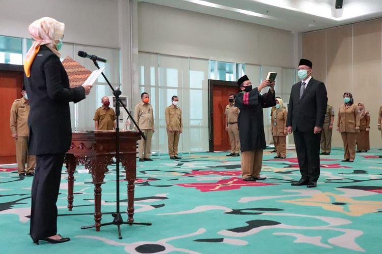 Wali Kota Tangerang Selatan Airin Rachmi Diany saat melantik Bambang Noertjahjo sebagai Sekretaris Daerah, di Balai Kota Tangerang Selatan, Selasa (26/8/2020)
