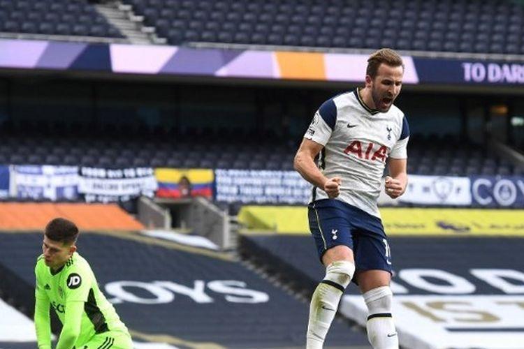 Striker Tottenham Hostpur, Harry Kane, merayakan gol bersama Son Heung-min usai membobol gawang Leeds United dalam laga Premier League di Tottenham Hotspur Stadium pada 2 Januari 2021.