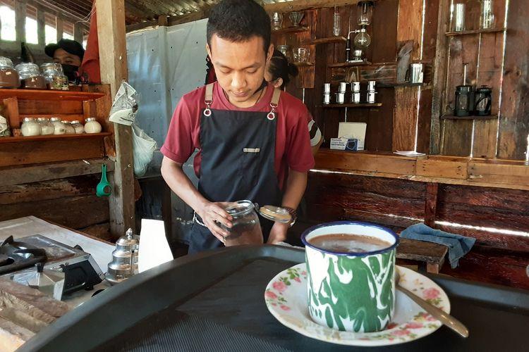 Caerio, pengelola kedai kopi Pucu'e Kendal. KOMPAS.COM/SLAMET PRIYATIN
