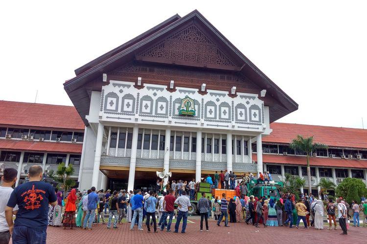 Massa yang tergabung dalam Koalisi Masyarakat Aceh Bersatu (KMAB) kembali menggelar aksi unjuk rasa dan orasi.