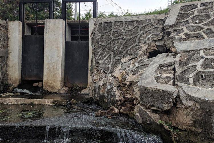 Kerusakan yang terjadi pada Turap yang ada di Sisi Barat Waduk Pluit