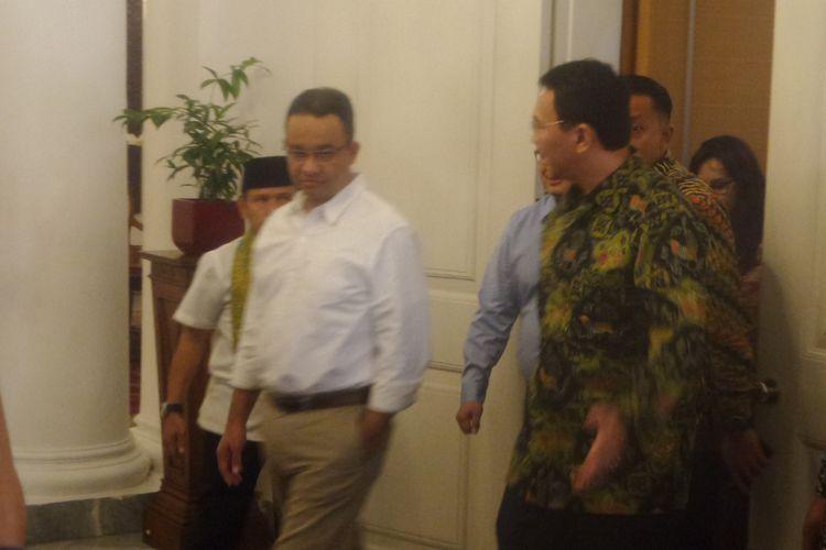 Selama 20 menit, Ahok dan Anies membicarakan sejumlah perencanaan di Balai Kota, Jakarta Pusat. Hal itu menyusul hasil quick count dari sejumlah lembaga suvei untuk hasil Pilkada DKI Jakarta yang mengunggulkan Anies-Sandiaga, Kamis (20/4/2017)