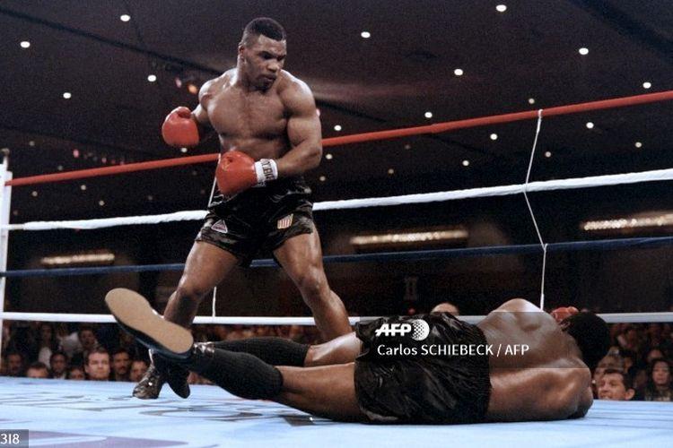 Mike Tyson menang secara TKO atas Trevor Berbick pada 1986 dalam duel tinju kelas berat.