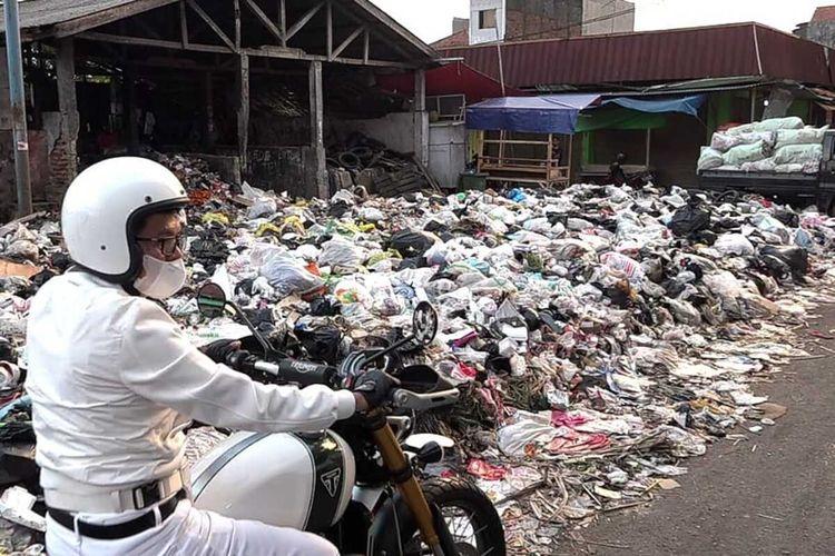 Wakil Ketua Komisi IV DPR RI Dedi Mulyadi terkejut melihat banyaknya titik tumpukan sampah ketika mengunjungi kampung halamannya, Subang, Jawa Barat, Minggu (30/5/2021).
