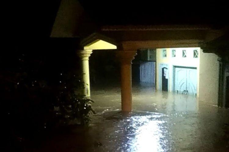 Rumah terendam banjir di Kampung Dul, Bangka Tengah, Minggu (18/10/2020) malam.