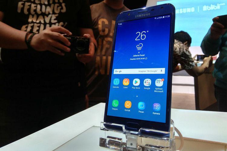 Samsung Galaxy J7 Duo hadir dengan tiga pilihan warna yakni black, gold dan blue. Ponsel Android ini dibanderol dengan harga Rp 3,7 juta di Indonesia.