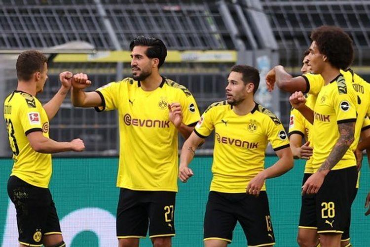 Para pemain Borussia Dortmund merayakan gol Emre Can ke gawang Hertha Berlin di Signal Iduna Park, Sabtu (6/6/2020).