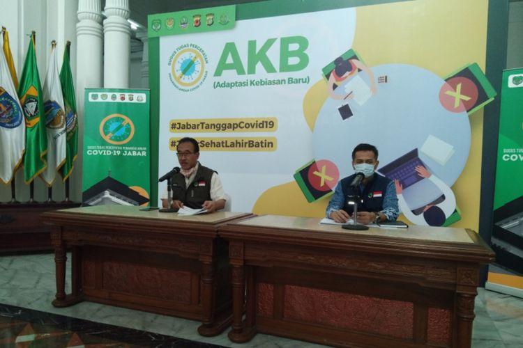 Juru Bicara GTPP Covid-19 Jabar Daud Achmad (kiri) dalam konferensi pers di Gedung Sate, Jalan Diponegoro, Kamis (9/7/2020).