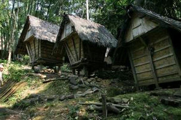 Deretan bangunan lumbung padi (leuit) milik warga Baduy, Kabupaten Lebak, Banten. Warga Baduy menyimpan gabah hasil panen padi huma di dalam lumbung untuk persediaan karena mereka menabukan jual-beli beras atau gabah.
