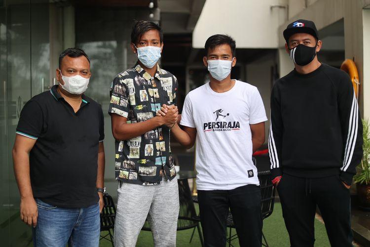 Pemain AHHA PS Pati FC Syaiful Indra Cahya (dua dari kiri) bersalaman dengan pemain Persiraja Banda Aceh M Nadhif (dua dari kanan) seusai insiden saat uji coba.
