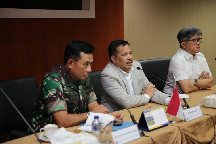 Kunjungan KSAU ke Batam membahas hal-hal strategis terutamanya sistem keamanan udara di kawasan strategis perbatasan. Rencananya TNI Angkatan Udara (AU) akan mengoptimalkan dukungan kegiatan operasional pengamanan kedaulatan NKRI untuk menjamin keamanan berinvestasi di kota Batam dan sekitarnya.