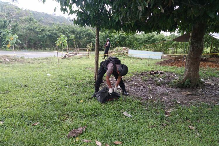 Seornag Anggota Gegana Polda Maluku berusaha mengangkat sebuah granat nanas yang ditemukan warga di Desa Suli, Kecamatan Salahutu, Kabupaten Maluku Tengah, Rabu (24/7/2019) FOTO HUMAS POLRES AMBON
