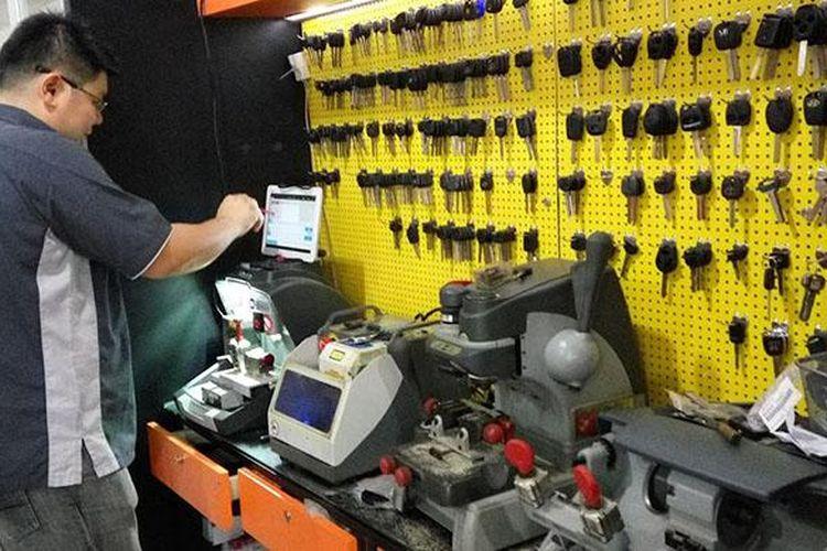 Kunci immobilizer, masih jadi andalan pengamanan kendaraan. Raymond Lie di tengah workshopnya di daerah Sunter. Ia mampu mengerjakan duplikasi kunci kendaraan dengan teknologi immobilizer.
