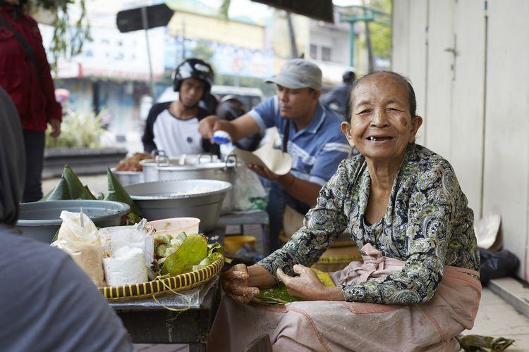 Street Food Asia mengangkat kisahMbah Satiem dari Indonesia. Setiap makanan di serial ini memiliki kisah yang sama uniknya dengan para pembuatnya.