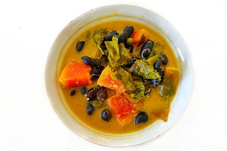 Ilustrasi sayur pliek u, kuliner khas Aceh. Mirip seperti gulai dengan isian sayuran.