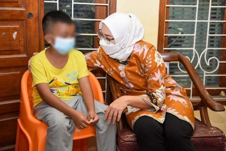 Bupati Purwakarta Ratna Anne Mustika saat mengunjungi tiga anak yang kedua orang ruanya meninggal dunia dalam wajtu berurutan di Perumahan Panorama, Purwakarta, Kamis (29/7/2021).
