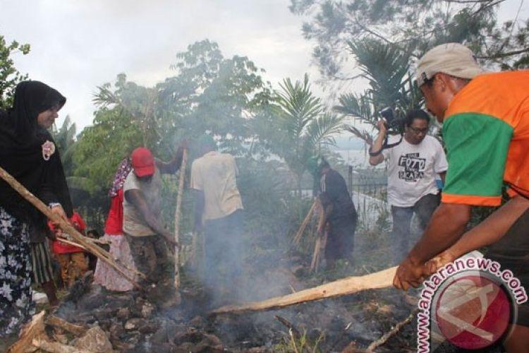 Warga Muslim Papua menggelar acara bakar batu bersama menjelang bulan Ramadhan di Kampung Meteor, Kelurahan Angkasa, Distrik Jayapura Utara, Kota Jayapura, Papua. Tradisi serupa yang biasanya juga dilakukan warga Muslim di Lembah Baliem saat ini tidak dilaksanakan karena sedang ada wabah COVID-19.