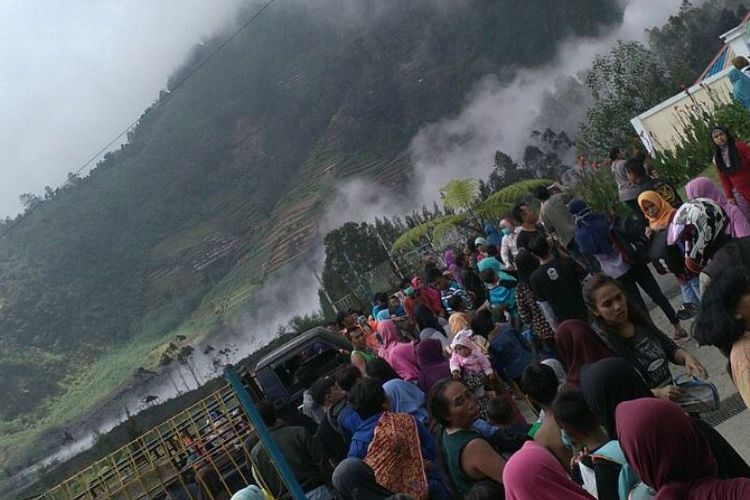 Kawah Sileri Dieng menyemburkan lumpur setinggi 200 meter di kawasan Desa Kepakisan Batur, Banjarnegara, Minggu (2/7/2017).