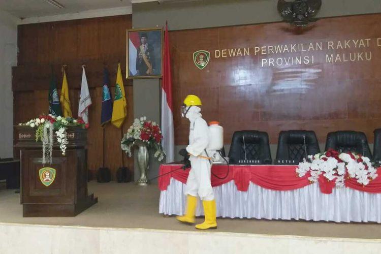 Personel Brimob Polda Maluku melakukan sterilisasi dengan menyemprotkan cairan disinfektan di sejumlah ruangan di kantor DPRD Maluku, Rabu (5/8/2020)