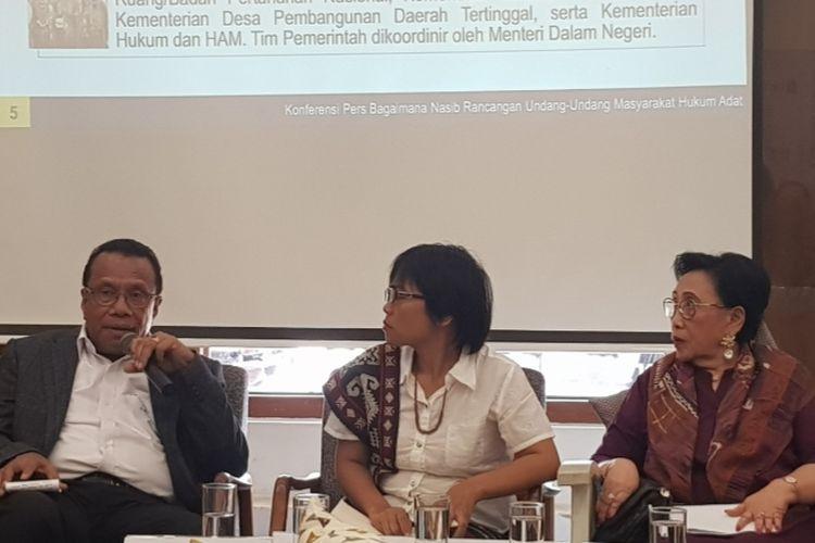 Anggota DPR Fraksi Nasdem Sulaeman L Hamzah (kiri) saat berbicara dalam diskusi AMAN bertajuk Menjelang 100 Hari Pemerintahan Jokowi-Maruf; Bagaimana Nasib Rancangan UU Masyarakat Adat di kawasan Cikini, Menteng, Jakarta Pusat, Senin (9/12/2019).