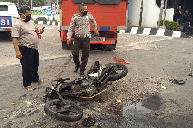 TERBAKAR?Inilah kondisi sepeda motor korban yang terbakar usai jatuh bertabrakan dengan truk di ruas jalan nasional Surabaya-Madiun, Kecamatan Mejayan, Kabupaten Madiun, Jawa Timur, Senin (1/6/2020) siang.