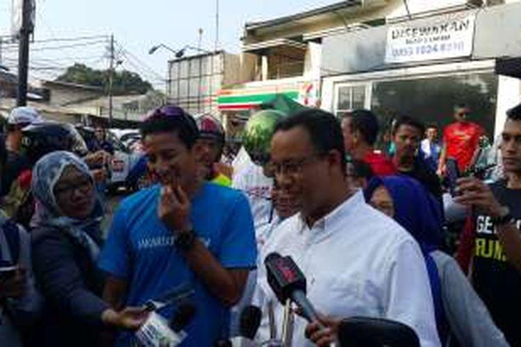 Pasangan calon gubernur-calon wakil gubernur DKI Jakarta, Anies Baswedan (kanan) - Sandiaga Uno (kiri), di Kemang, Jakarta Selatan, Minggu (1/1/2017).