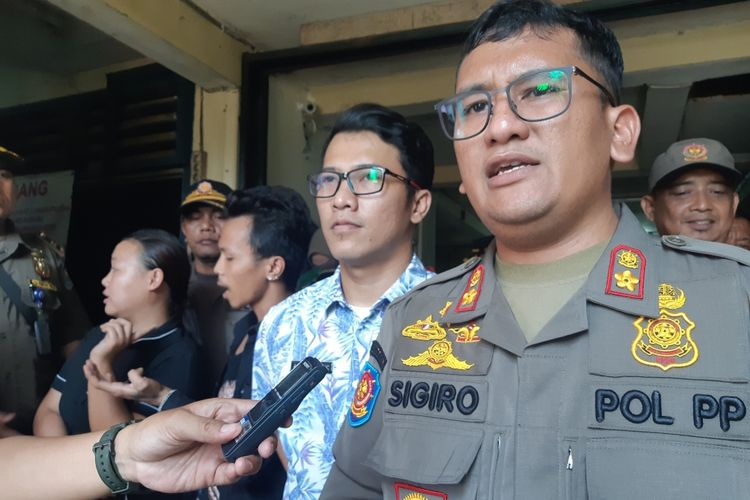 Kepala Satpol PP Tambora Ivand Sigiro saat razia indekost di Kelurahan Krendang, Tambora, Jakarta Barat, Kamis (24/10/2019)