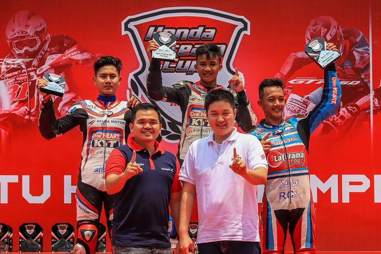 Podium pemenang di kelas balap Honda Sonic 150/Honda GTR Tune Up Pemula seri Cimahi