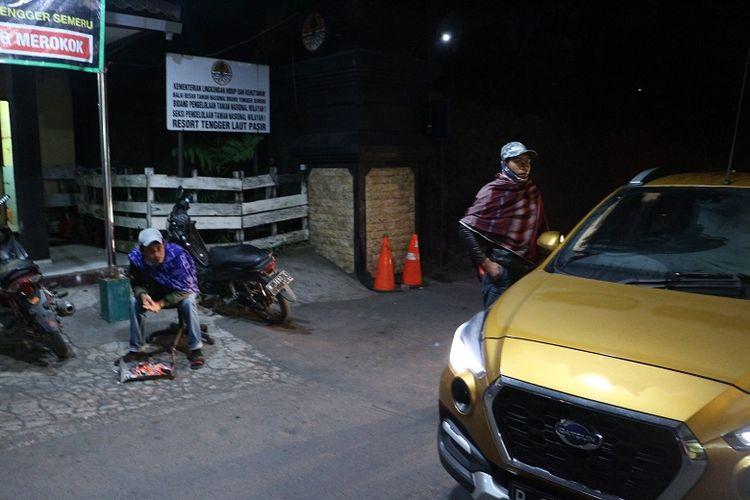 Wisatawan menggunakan mobil berada di pos pintu masuk Taman Nasional Gunung Bromo Tengger Semeru di Cemoro Lawang, Desa Ngadisari, Kecamatan Sukapura, Kabupaten Probolinggo, Jawa Timur untuk melihat matahari terbit di Bukit Mentigen.