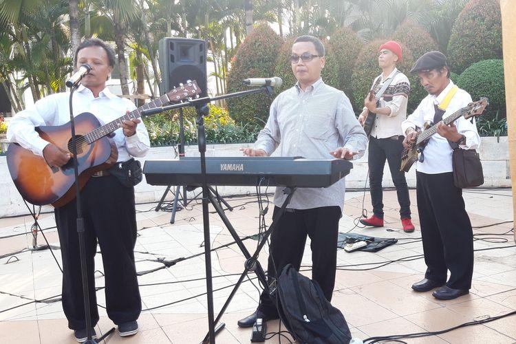 Grup musik Deras Plus tampil di trotoar sekitar Grand Indonesia, Jakarta Pusat, Jumat (12/4/2019)